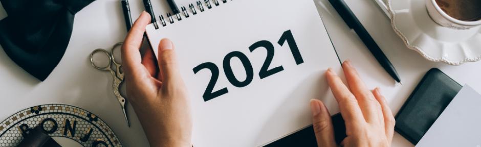 Hands holding a 2021 calendar